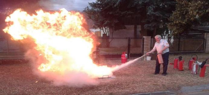 Vorführung 2: Ein Pulverlöscher wird beim Brand einer Flüssigkeit verwendet